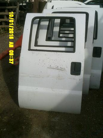1999 2000 2001 2002 2003 2004 2005 2006 2007 Ford Superduty drivers side complete manual crew cab door.  Scuffs, scratches and paint chips throughout face of door.  No significant dents on door.  Inventory #12611.