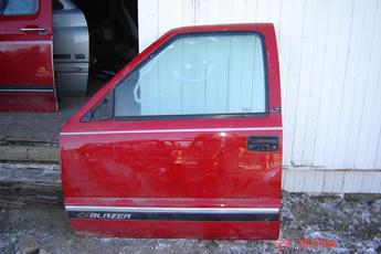 1994 1995 1996 1997 Chevrolet S10 or S Blazer Left Side OEM Door.  Power door.  Tiny lip damage.  Fits 94 - 97 S10's & 95 - 97 S Blazers or Jimmy's.