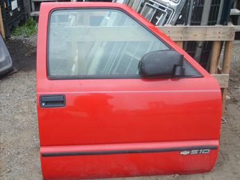 1994 1995 1996 1997 1998 1999 2000 2001 2002 2003 2004 Chevrolet S10 right manual door.  Good condition, some paint missing at the top of the door.